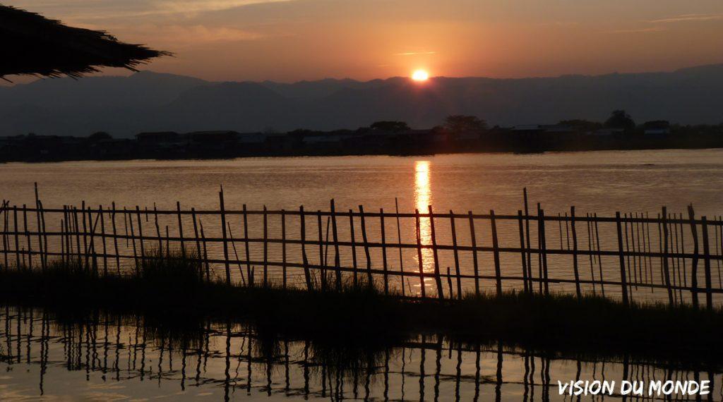 Coucher de soleil sur le lac en Birmanie