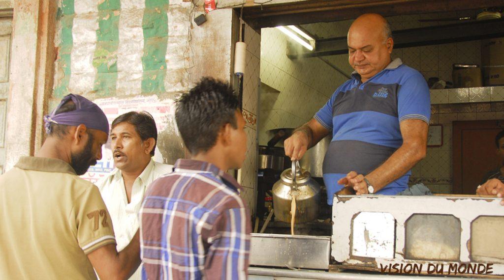 Préparation du thé tchai indien