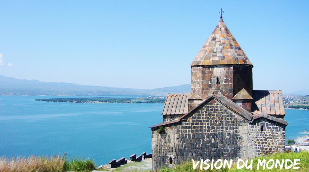 Paysage du lac Sevan, en Arménie avec une chapelle.