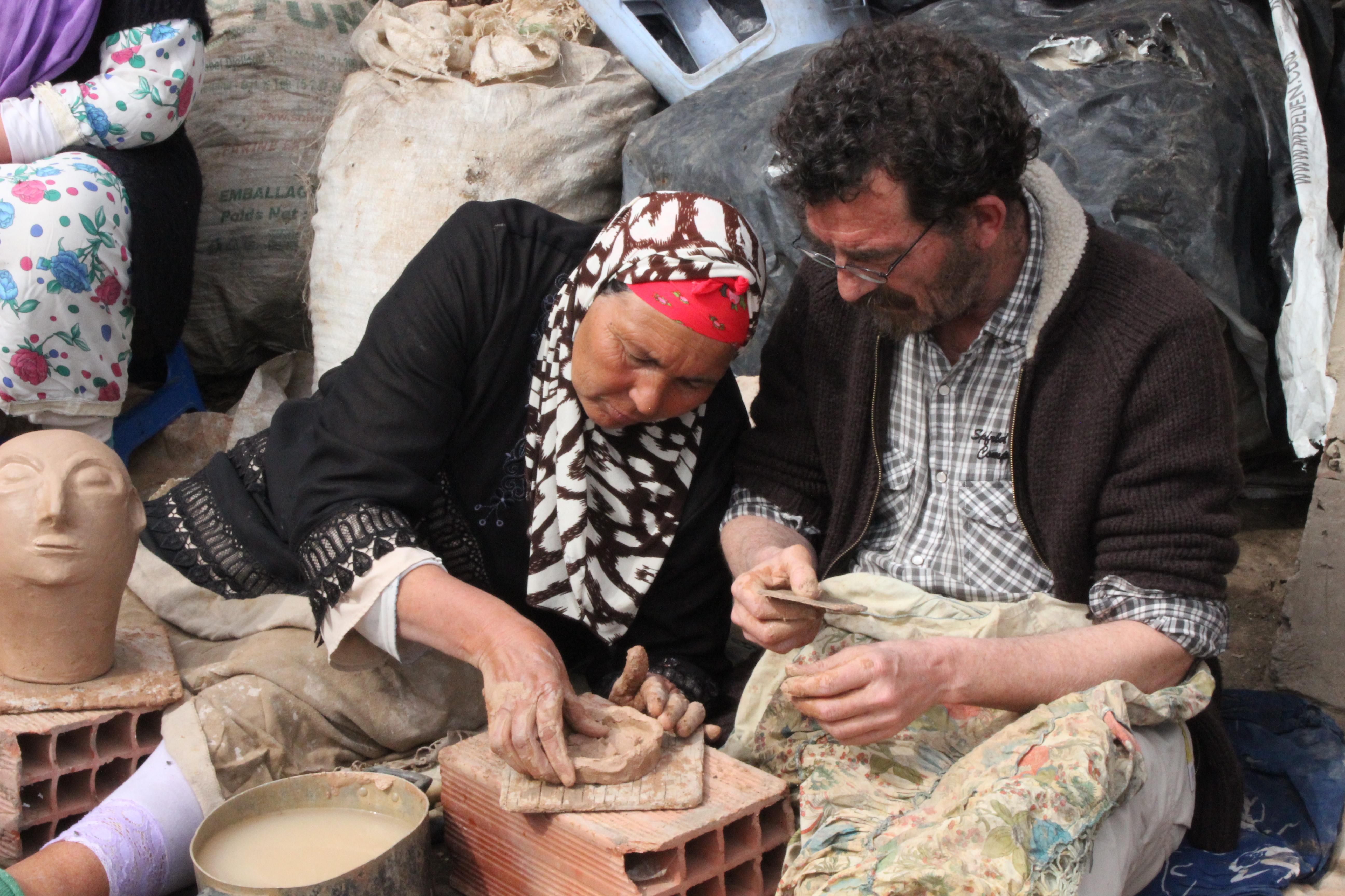 Potières travaillant artisanalement à Sajnane