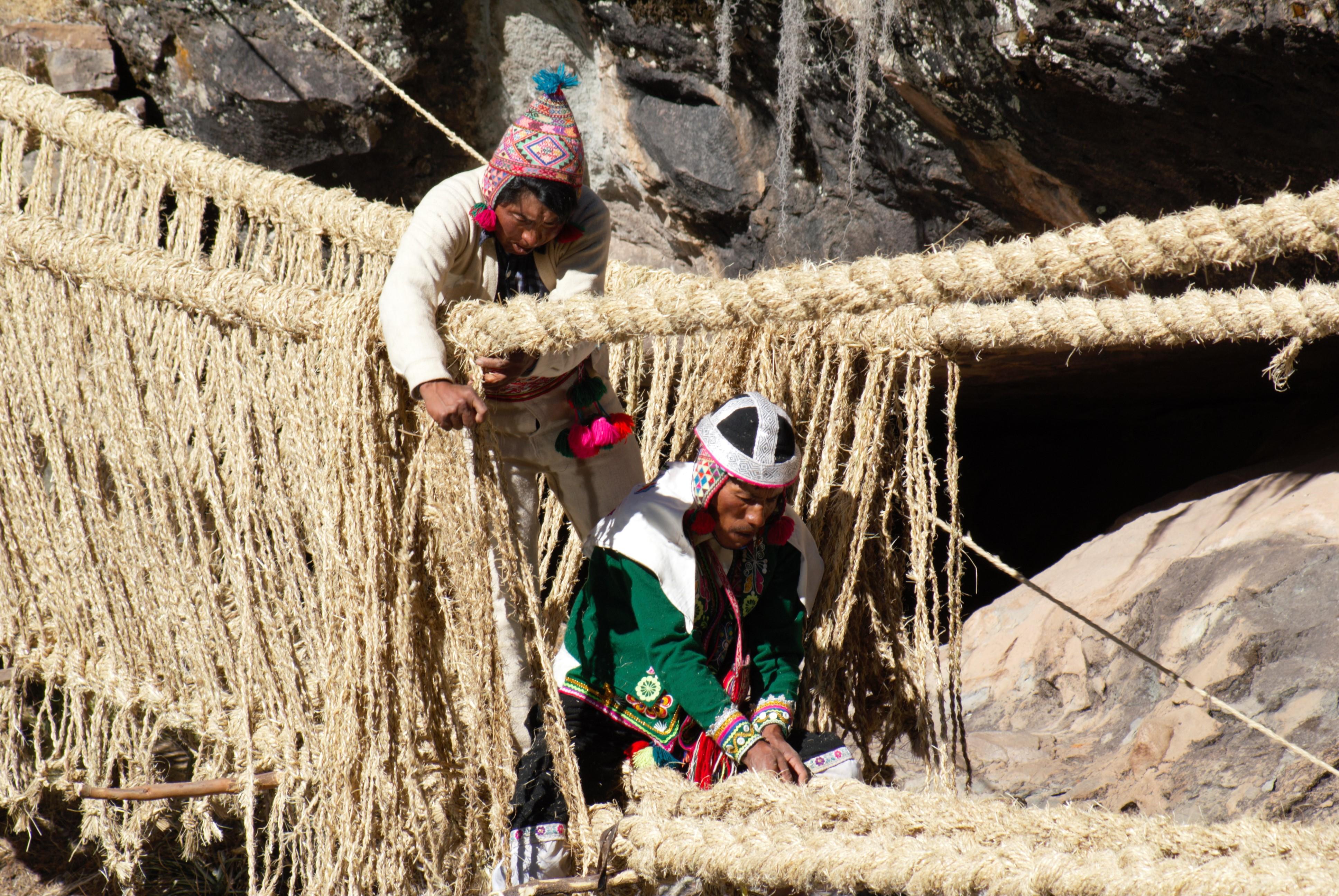 Fabrication du pont par les communautés quechua